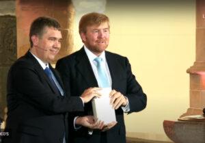 Koning ontvangt eerste exemplaar nieuwe Bijbelvertaling